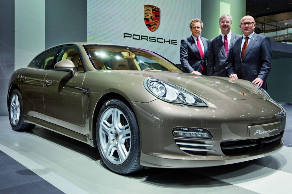 Wolfgang Dürheimer, Vorstand für Forschung und Entwicklung, Helmut Bröker, Managing Director von Porsche China und Bernhard Maier, Vorstand Vertrieb und Marketing bei der Weltpremiere des neuen Porsche Panamera 4 in Peking.