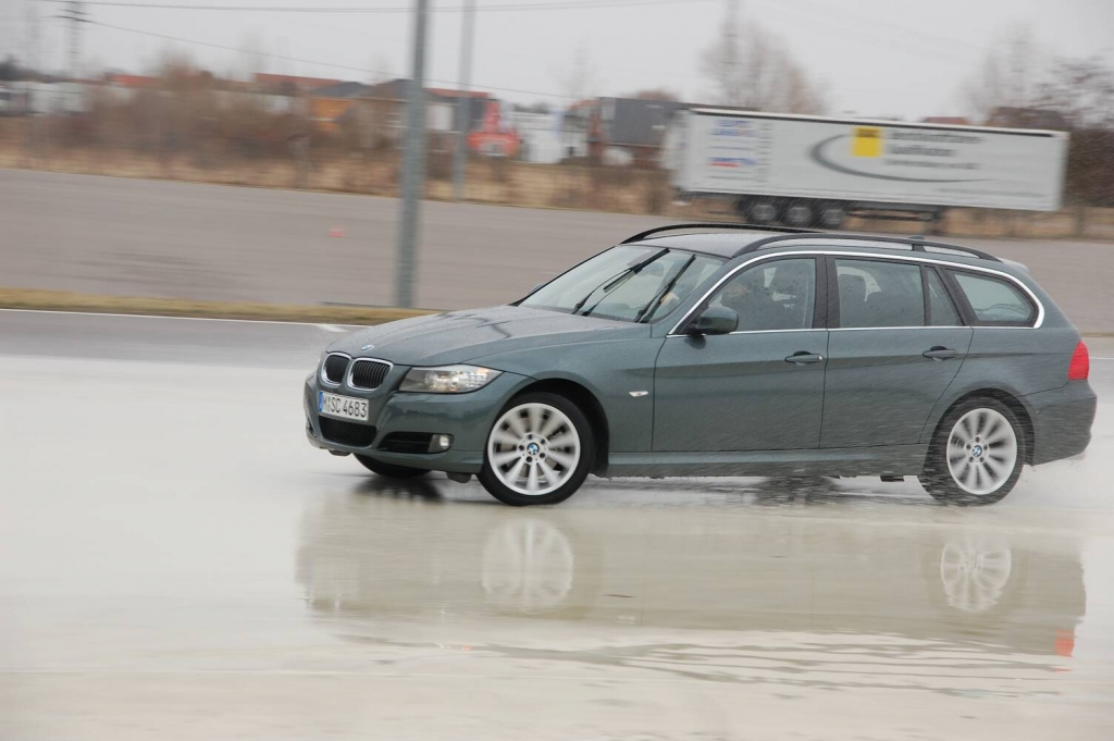 auto.de-Vergleichstest: Audi A4 2.0 T Quattro vs. BMW 325 i Touring | Dynamikplatte
