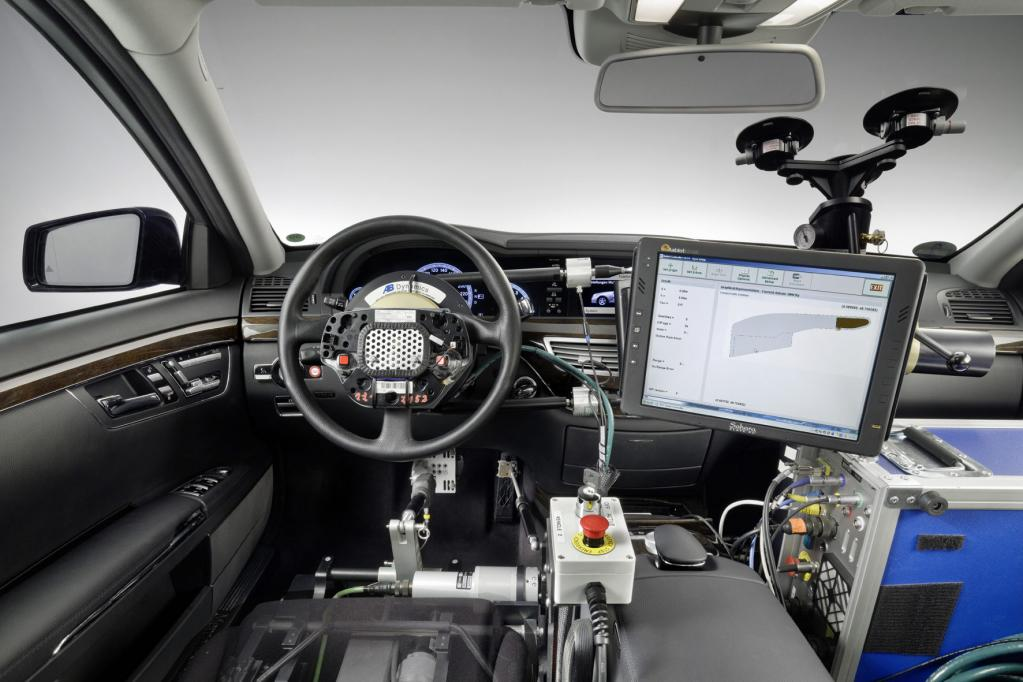 """""""Automatisiertes Fahren"""" bei Mercedes-Benz: Roboter steuern Gas, Bremse und Lenkung im Erprobungsfahrzeug."""
