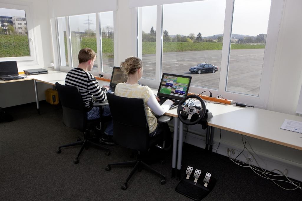 """""""Automatisiertes Fahren"""" bei Mercedes-Benz: Von der Kontrollstation aus haben Versuchsingenieure jederzeit direkten Zugriff auf die Fahrzeuge."""