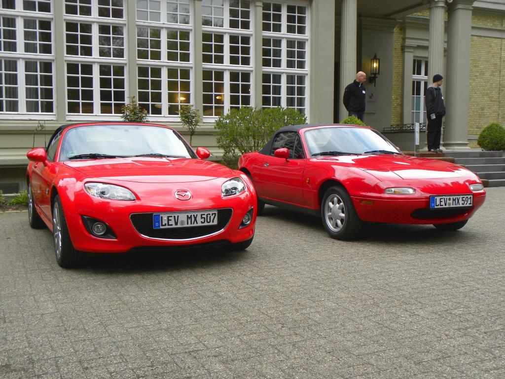 20 Jahre Mazda MX 5 - Sondermodell 20th Anniversary. Der erste Miata von 1990 wirkt doch ein bisschen zierlicher als die dritte Generation.