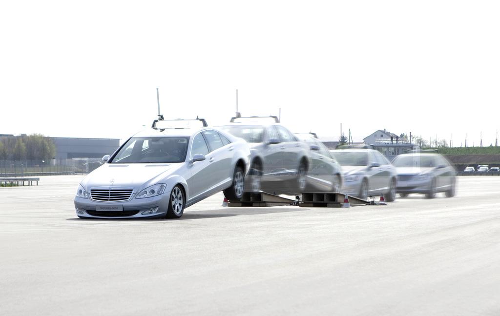 Automatisiertes Fahren: Die neue Prüfmethodik ergänzt das Erprobungsprogramm von Mercedes bei Manövern, die den Versuchsfahrer stark belastend würden, etwa die Absicherung von Airbag-Auslösungen in extremen Fahrsituationen.