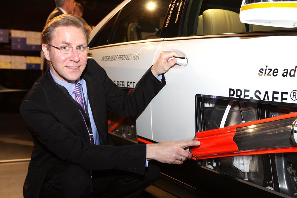 Automatisiertes Fahren: Professor Ralf Guido Herrtwich, der bei Mercedes die Bereiche Fahrerassistenz- und Fahrwerksysteme leitet, weist auf eine Diagnoalstrebe am Experimental-Sicherheitsfahrzeug hin.