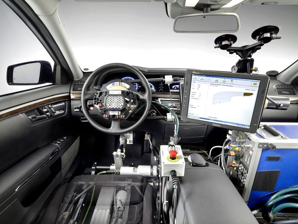 Automatisiertes Fahren: Roboter steuern Gas, Bremse und Lenkung im Erprobungs-Mercedes.