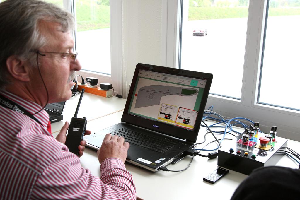 Automatisiertes Fahren: Testingenieure überwachen im Leitstand das gesamte Geschehen auf dem Mercedes-Prüfgelände in Sindelfingen.
