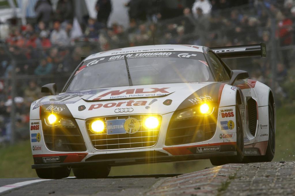 """Bei seinem zweiten Einsatz in der """"Grünen Hölle"""" überquerte der Audi R8 LMS die Ziellinie als Sieger der GT3-Klasse. Und mit ihrem dritten Platz in der Gesamtwertung sorgten Bronzel/Ludwig/Rostek/Winkelhock für eine kleine Überraschung."""