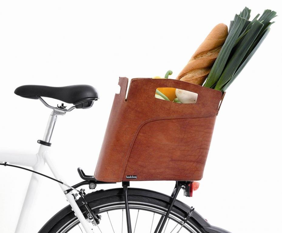 Der Bootbag ist nicht nur attraktiver als herkömmliche Fahrradkörbe, sondern auch praktischer. Am Schultergut lässt er sich einfach mitnehmen.