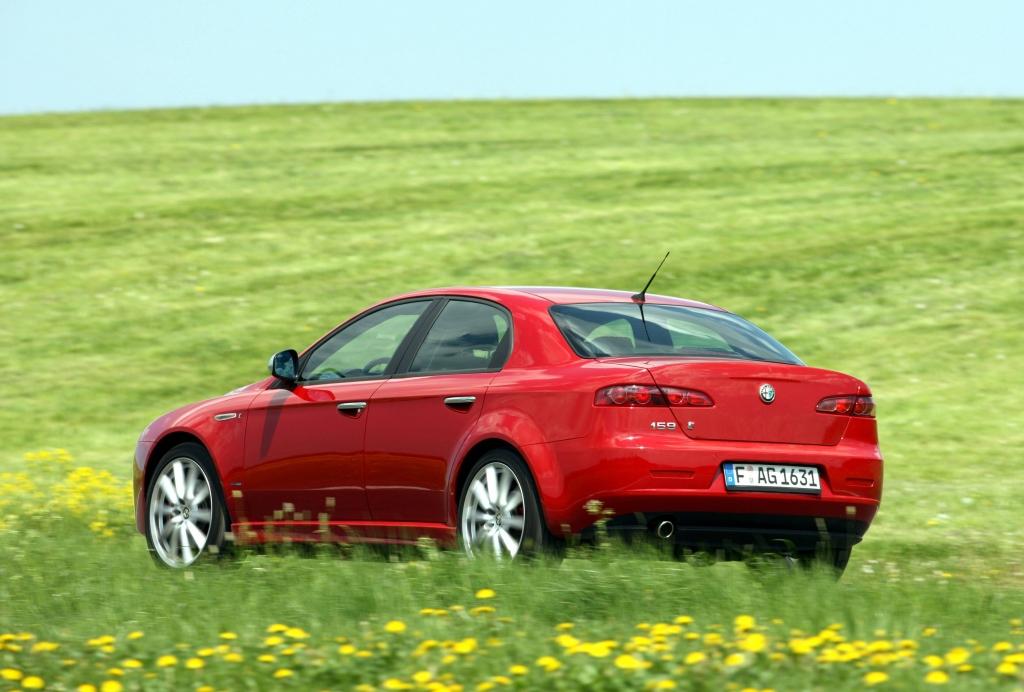 Die Karosserie des viertürigen Alfa 159 ist hramonisch gestaltet.