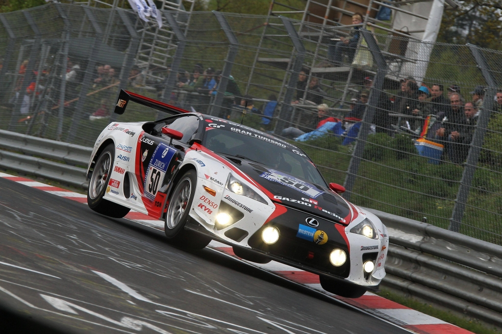 Die am Nürburgring eingesetzten LFA Rennwagen unterscheiden sich nur in wenigen Bereichen vom tatsächlichen Serienprodukt.
