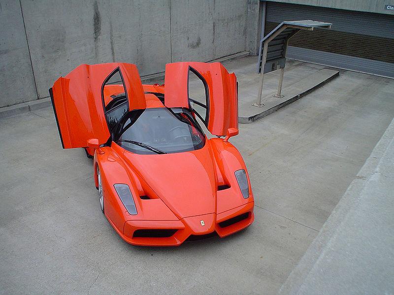 Formel 1-Stars und ihre Autos. Heute: Kimi Räikkönen. Räikkönen`s Ferrari Enzo Ferrari - ein Auto, um das ihn sicher jeder Autoliebhaber beneidet.