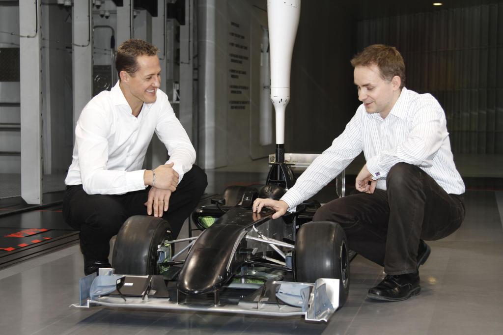 Formel 1-Stars und ihre Autos. Heute: Michael Schuhmacher. Schumi und sein Miniatur-Formel 1 Wagen.