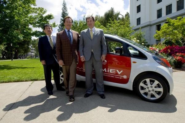 Gouverneur Schwarzenegger testet den Mitsubishi i-MiEV