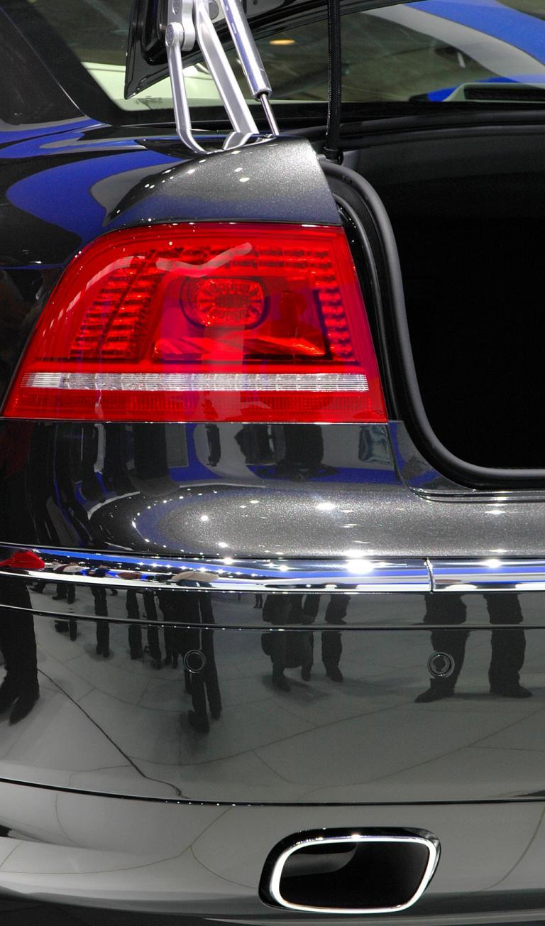 Hintere Leuchteinheit mit ovalem Endrohr unten im Stoßfänger.