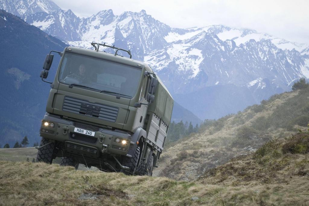 MANs TGM 18.340 im Einsatz. Neben den militarisierten Fahrzeugen der Baureihen TGA, TGM und TGL sind speziell die Baureihen HX und SX für militärische Bedürfnisse entwickelt.