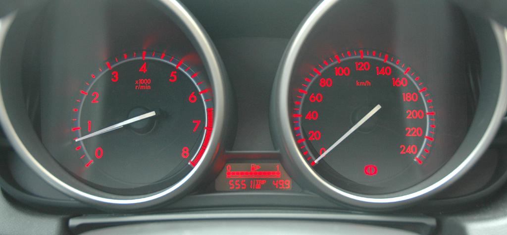 Mazda aktuell: Blick auf die Röhreninstrumentierung im 3er-Sondermodell-Cockpit.