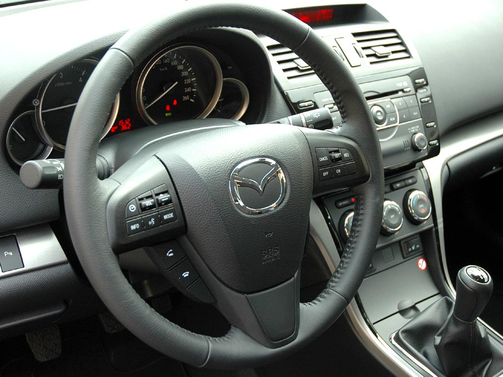 Mazda aktuell: Blick ins 6er-Cockpit beim Kombi.