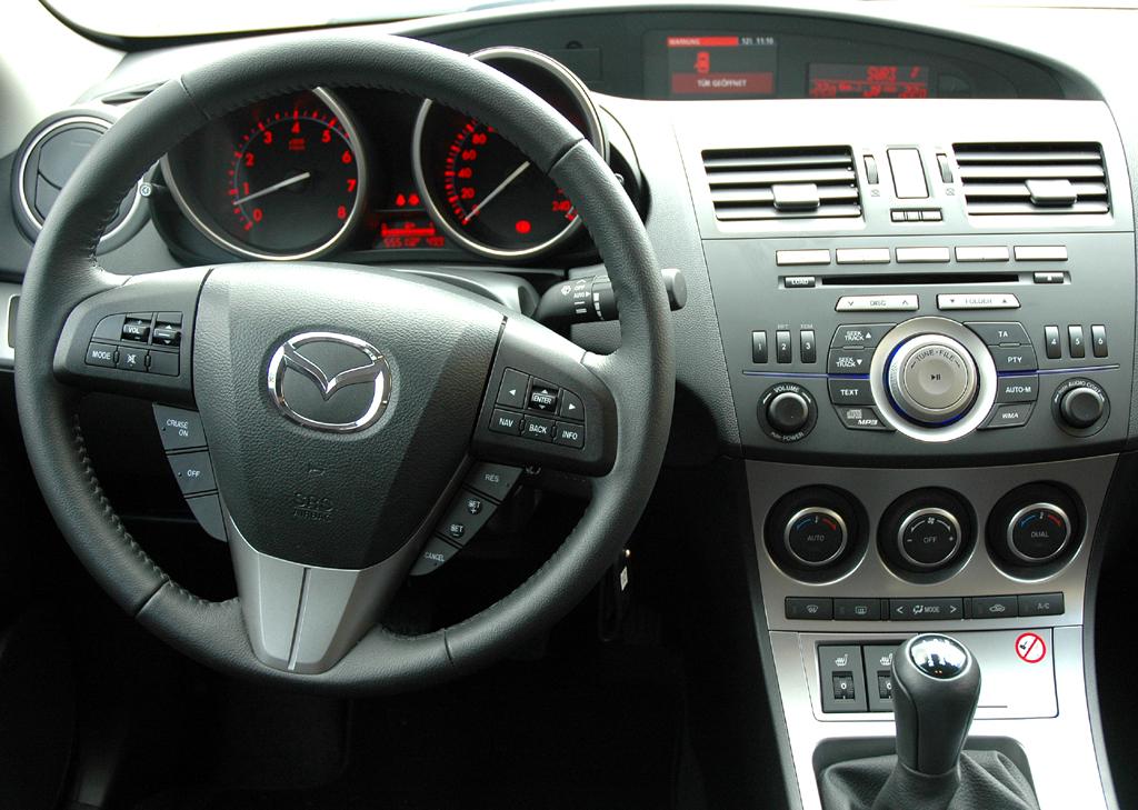 Mazda aktuell: Blick ins Cockpit eines 3er-Sondermodells.