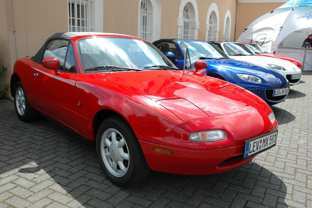 Mazda aktuell: MX-5-Parade mit der ersten Generation vorn in Rot.