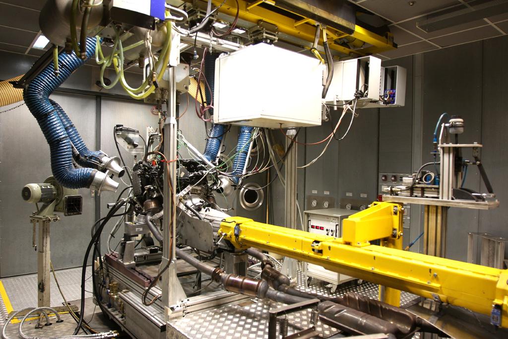 Mercedes Motoren: Blick in einen Container-Prüfstand für Antriebe.