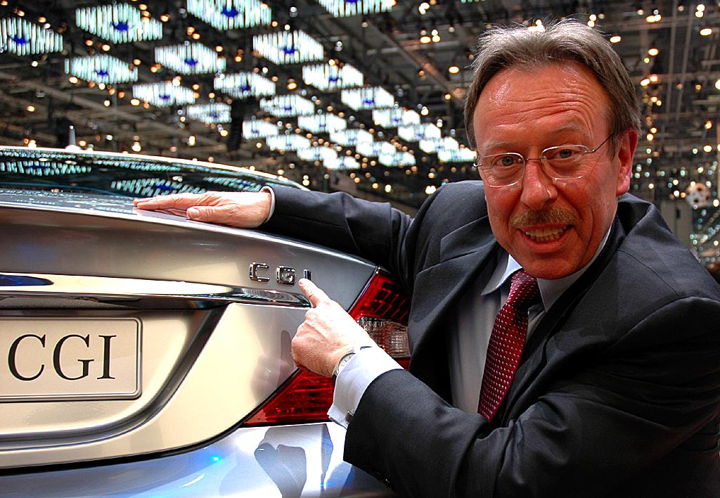 Mercedes Motoren: Entwickler Leopold Mikulic an einem CLS-Benzindirekteinspritzer.