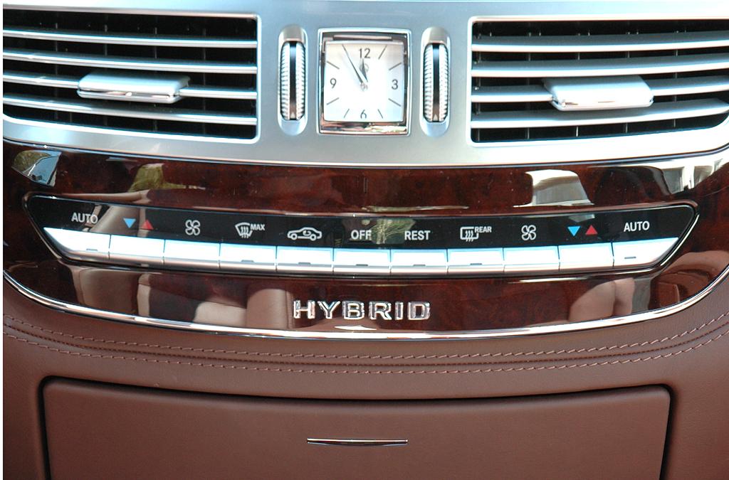 Mercedes S400 Hybrid: Blick auf den mittleren Armaturenträger-Teil.