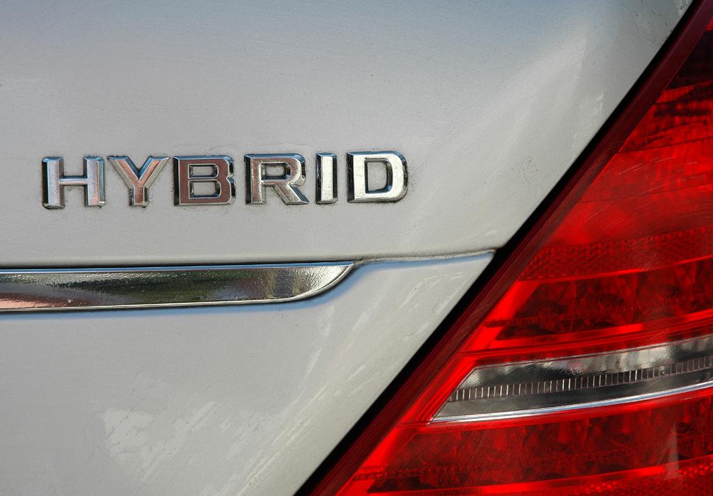 Mercedes S400 Hybrid: Leuchteinheit hinten mit Hybrid-Schriftzug.