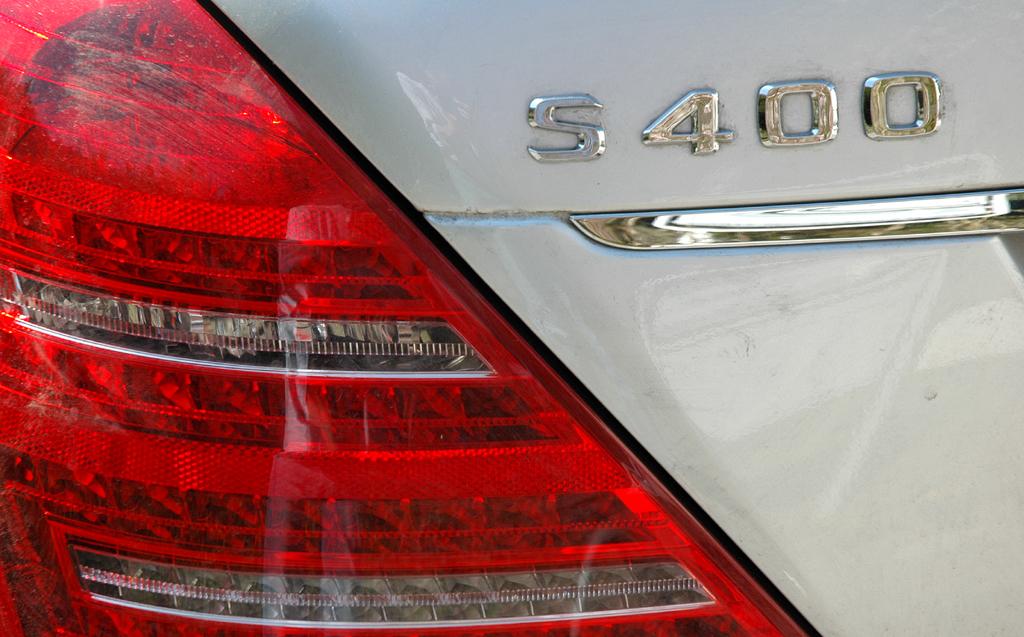 Mercedes S400 Hybrid: Leuchteinheit hinten mit S400-Schriftzug.