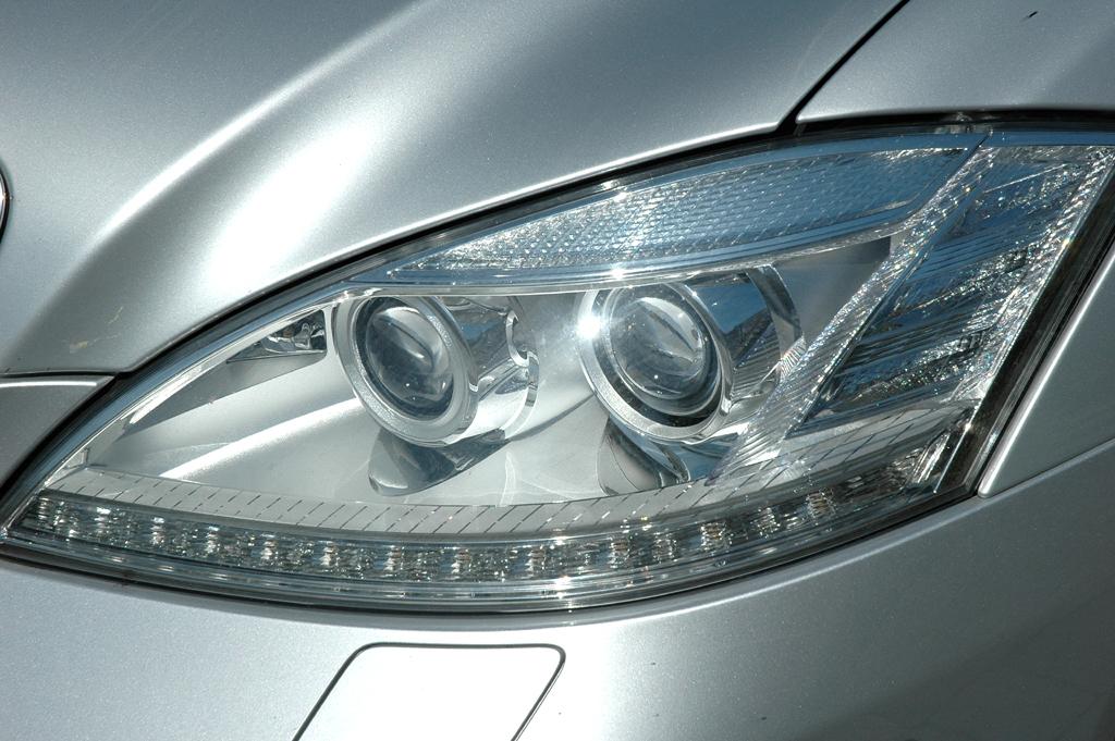 Mercedes S400 Hybrid: Moderne Leuchteinheit vorn.