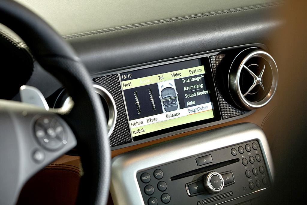 Mercedes-SLS-AMG-Sound: Blick auf den Monitor für das Comand-Bedienungssystem.