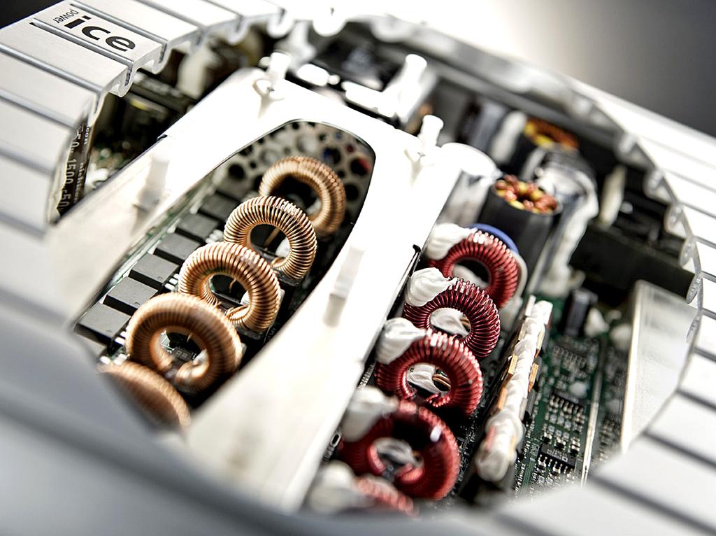 Mercedes-SLS-AMG-Sound: Detailaufnahme vom Intelligent-Compact-Efficient-Verstärker.