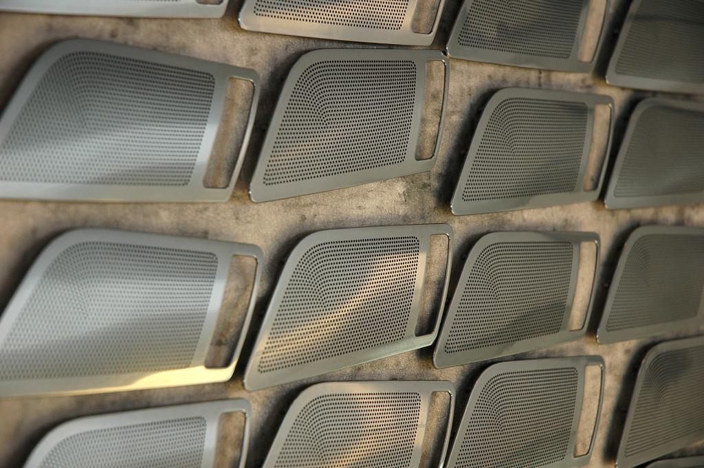 Mercedes-SLS-AMG-Sound: Lautsprecher-Abdeckungen in der Bang-&-Olufsen-Produktion.