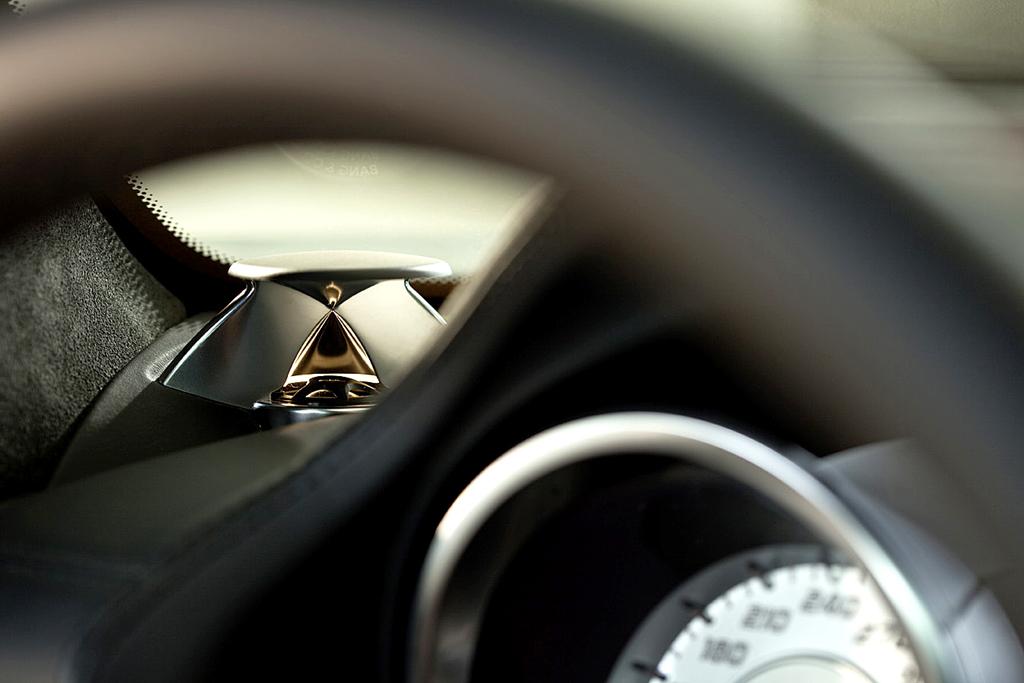 Mercedes-SLS-AMG-Sound: Markanter Linsenhochtöner seitlich auf der Instrumentafel.