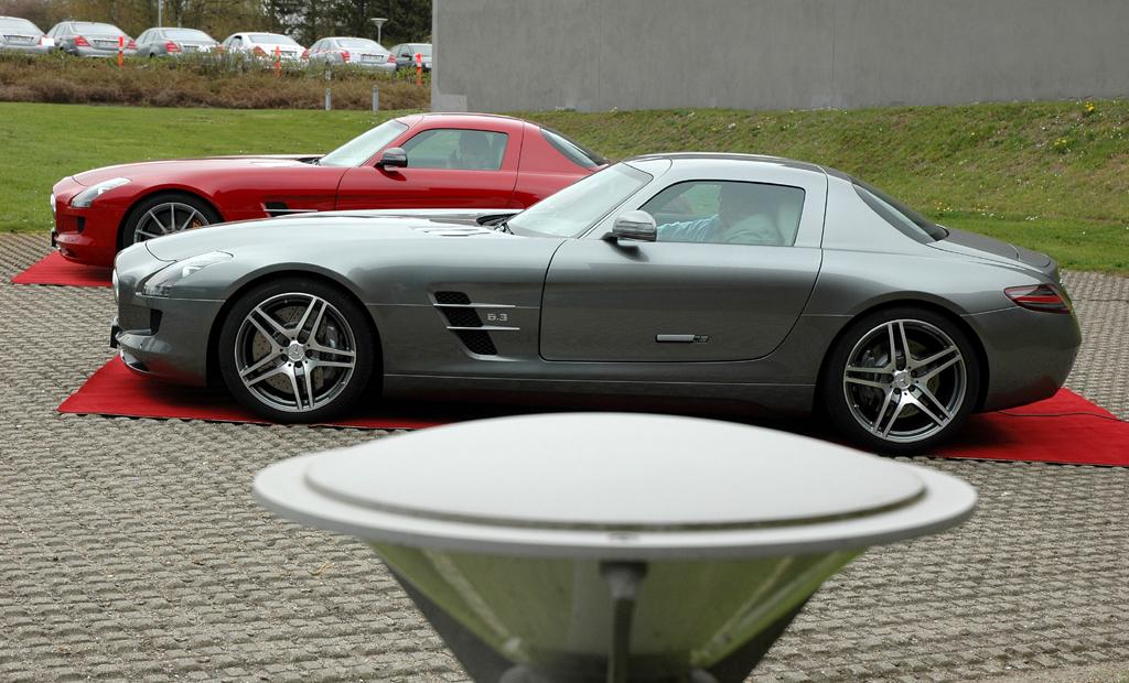 Mercedes-SLS-AMG-Sound: Zwei Flügeltürer auf dem Bang-&-Olufsen-Firmengelände.