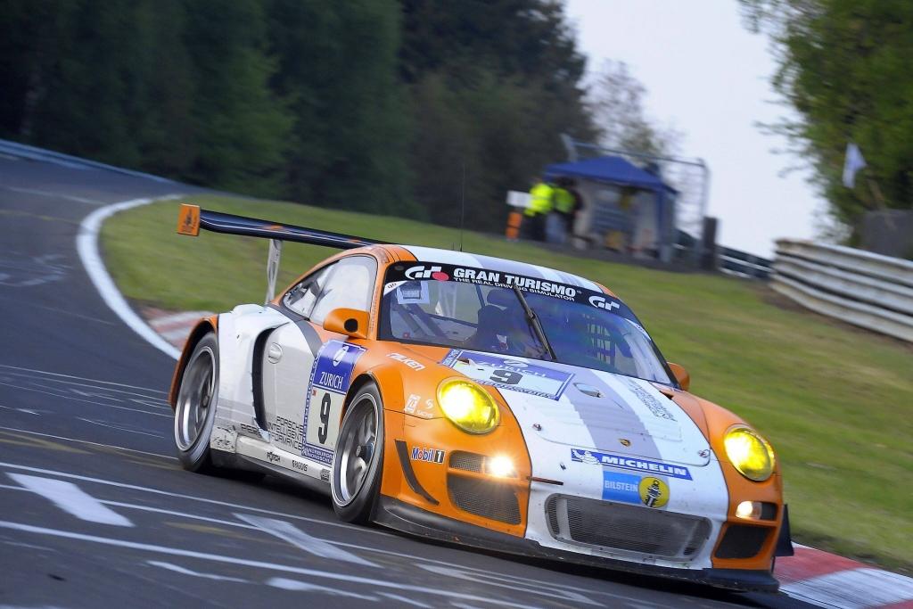 Nach 22 Stunden und 15 Minuten rollte der orange-weiße 911 GT3 R Hybrid in Führung liegend im Streckenabschnitt Metzgesfeld mit Motorschaden aus.
