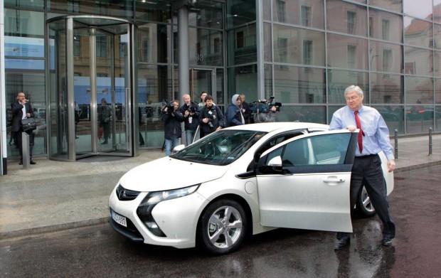Opel-Chef Nick Reilly kommt im Ampera zum Gipfeltreffen