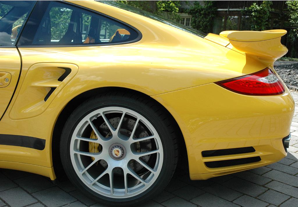 Porsche 911 Turbo: Der Spaltflügel am Heck fährt automatisch aus.