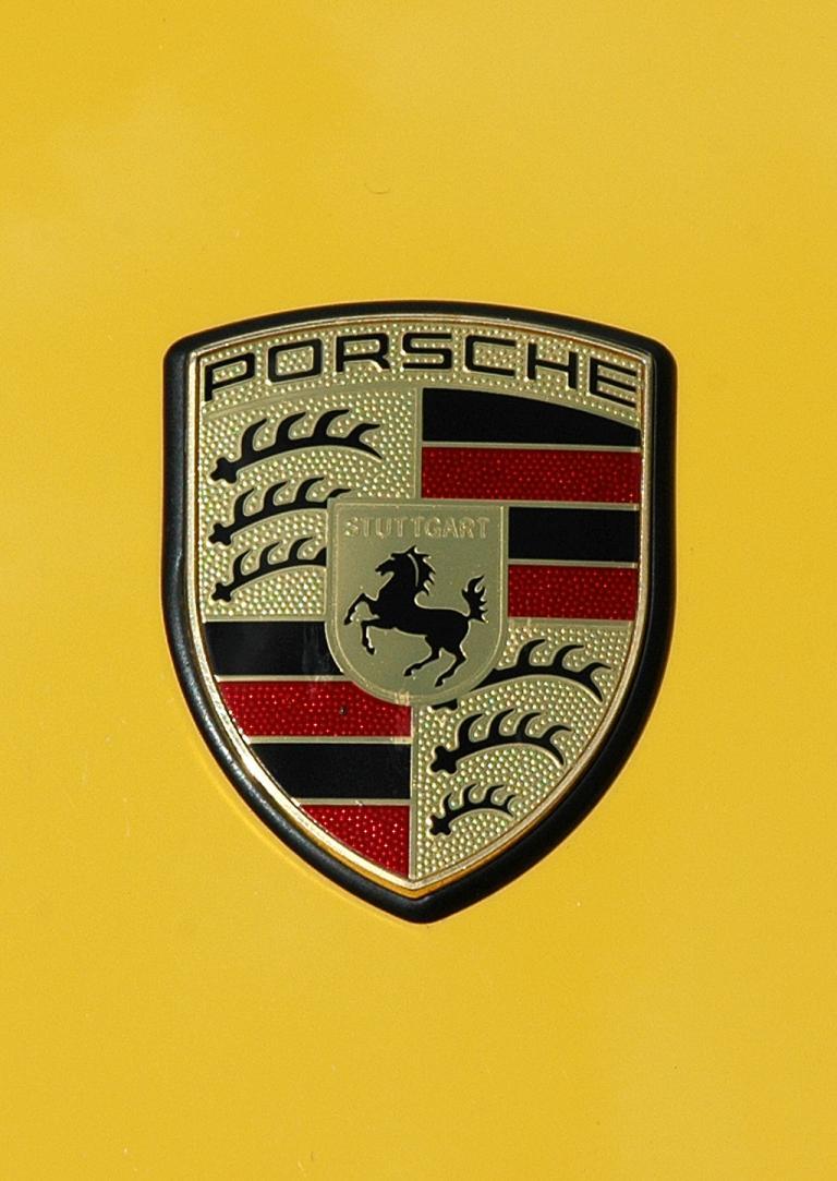 Porsche 911 Turbo: Markenemblem auf der Kofferraumhaube.