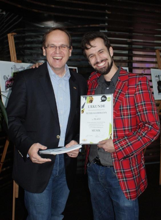 Rej Husetovic, Pressesprecher Chevrolet Deutschland GmbH, mit dem Gewinner der Kategorie Musik, Peter Klohmann (Hochschule für Musik, Mainz)