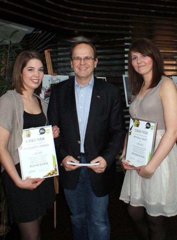 Rej Husetovic, Pressesprecher Chevrolet Deutschland GmbH, mit den Gewinnerinnen der Kategorie Fotografie, Katharina Fedder und Monika Jaksic (Mediadesign Hochschule Düsseldorf)