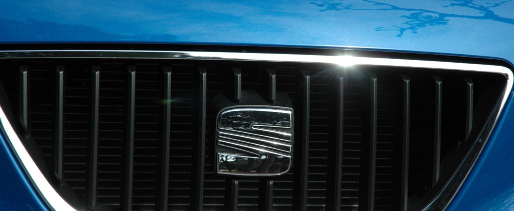 Seat Ibiza ST: Kühlergrill mit Markenemblem.