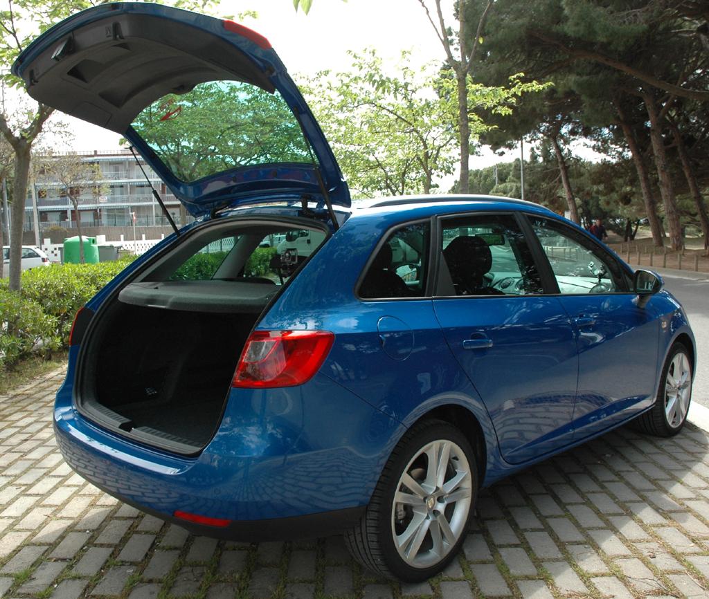Seat Ibiza ST: Mit geöffneter Kofferraumklappe.