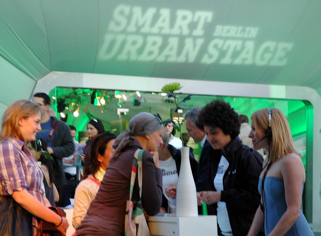 Smart Urban Stage: Vor dem geschwungenen Zeltpavillon.