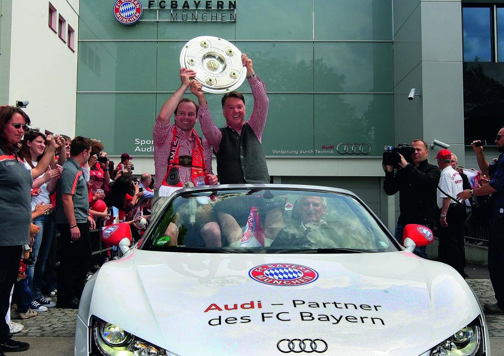 Spieler und Trainer des neuen Deutschen Meisters FC Bayern München ließen sich bei einem Autokorso in Fahrzeugen des Partners Audi von ihren Fans feiern.