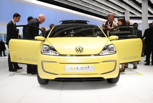 Volkswagen AG präsentiert Bundeskanzlerin Merkel neuen Golf blue-e-motion mit E-Antrieb
