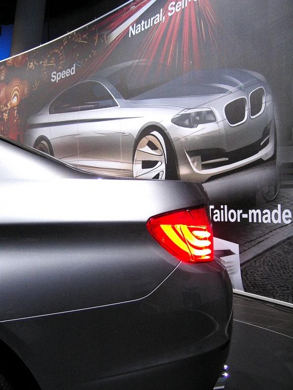 Wenn Frauen (Männer-)Autos entwerfen: Leuchtdetail vom neuen 5er vor 5er-Zeichnung.