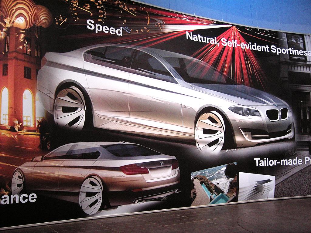 Wenn Frauen (Männer-)Autos entwerfen: Präsentationswand mit 5er-Zeichnungen.