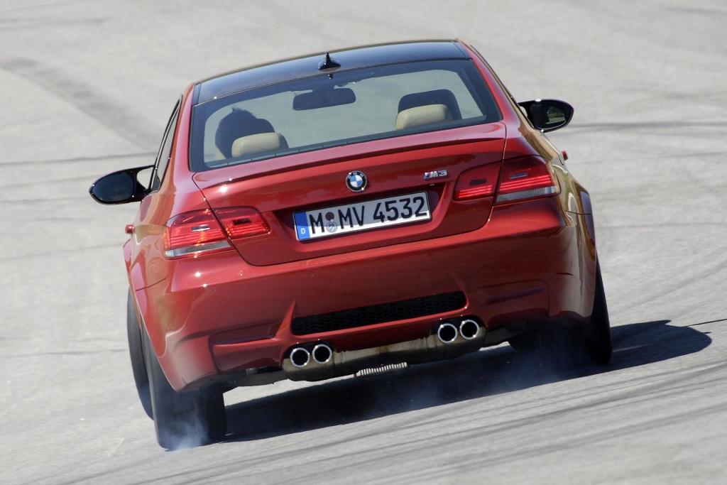 Wenn die 420 PS (309 kW) des V8-Motors losgelassen werden, gibt es ordentlich Dampf.