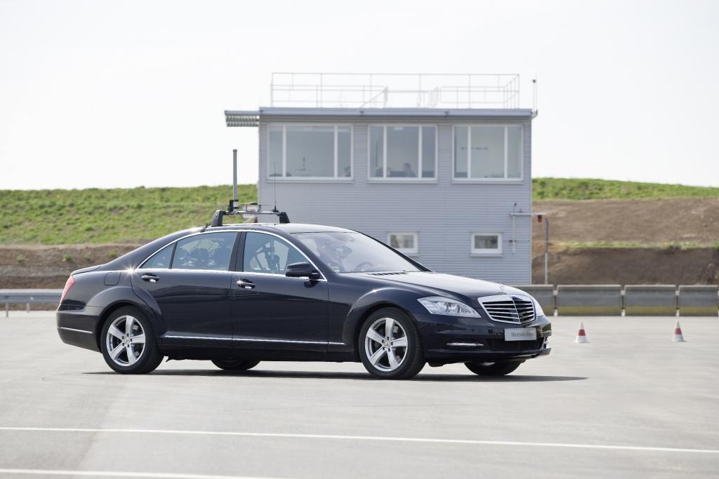 """Zur Erprobung von Assistenzsystemen verfügt Mercedes-Benz in Sindelfingen über ein 20 000 Quadratmeter großes Prüfgelände für """"Automatisiertes Fahren""""."""