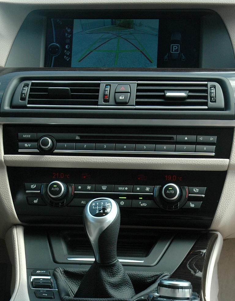 BMW 5er Touring: Blick über die Armlehne zum Armaturenträger.