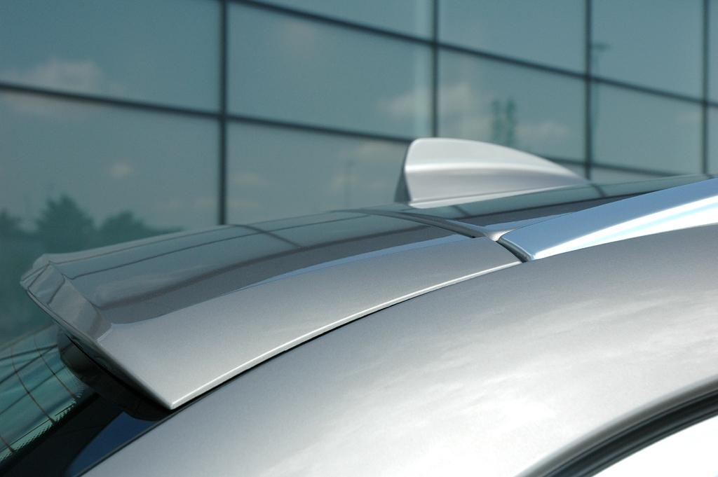 BMW 5er Touring: Dachkanten-Spoiler am Heck und Haifischflossen-Antenne.